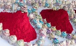 Exhibición de Kum Kum y de los tarros del envase imagen de archivo