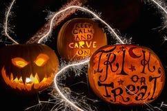 Exhibición de la calabaza de Halloween con la cara y las bengalas asustadizas Imagen de archivo