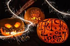 Exhibición de la calabaza de Halloween con la cara y las bengalas asustadizas Fotos de archivo libres de regalías