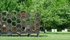 Exhibición de la colmena de la abeja en una huerta Fotos de archivo