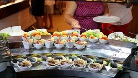 Exhibición de la comida del autoservicio de la comida fría Foto de archivo libre de regalías