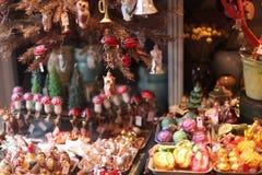 Exhibición de la decoración de la Navidad en tienda del día de fiesta adentro Fotografía de archivo libre de regalías