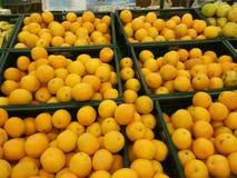 Exhibición de la fruta en un supermercado Imagen de archivo libre de regalías