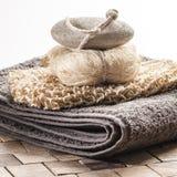 Exhibición de la lufa y de la piedra pómez de la toalla para el tratamiento del balneario Foto de archivo libre de regalías