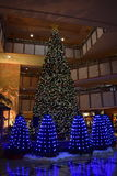 Exhibición de la luz del árbol de navidad en pasillo del hotel Fotos de archivo libres de regalías