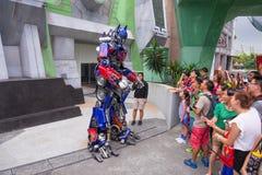 Exhibición de la prima de Optimus a la audiencia Imagen de archivo libre de regalías