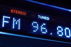 Exhibición de la radio del sintonizador de FM Estación digital estérea de la frecuencia adaptada fotos de archivo libres de regalías
