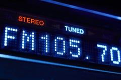 Exhibición de la radio del sintonizador de FM Estación digital estérea de la frecuencia adaptada imagen de archivo
