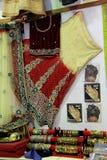 Exhibición de la sari hermosa y ejemplos de los tatuajes de la alheña en el centro comercial local, Fiji, 2015 Imágenes de archivo libres de regalías