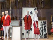 Exhibición de la tienda de la ropa de diseñador Imágenes de archivo libres de regalías