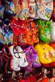 Exhibición de la tienda de souvenirs con los zapatos de madera holandeses coloridos Fotos de archivo libres de regalías