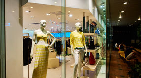 Exhibición de la venta de la tienda de la ventana de la tienda de la moda Fotografía de archivo libre de regalías