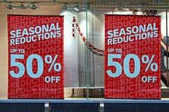 Exhibición de la ventana de la tienda en las ventas de la Navidad Fotos de archivo libres de regalías