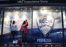 Exhibición de la ventana de tienda de la experiencia del NBC adornada con Sochi 2014 logotipos olímpicos de los juegos del inviern Fotos de archivo libres de regalías