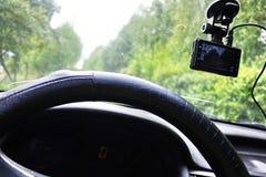 Exhibición de la videocámara del coche Video para registrar la situación del tráfico mientras que conduce su coche fotografía de archivo libre de regalías