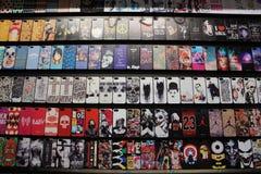 Exhibición de las cubiertas coloridas y diseñadas del teléfono imagen de archivo libre de regalías
