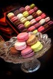 Exhibición de las tortas de los macarrones en tienda de la galleta y de la galleta Imagen de archivo