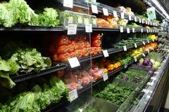Exhibición de las verduras del mercado de Whole Foods Imagenes de archivo