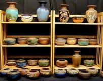 Exhibición de los cuencos y de los floreros de la loza de barro Imagenes de archivo