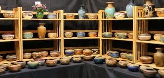 Exhibición de los cuencos y de los floreros de la loza de barro Fotos de archivo
