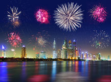 Exhibición de los fuegos artificiales del Año Nuevo en Dubai Imagenes de archivo