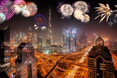 Exhibición de los fuegos artificiales del Año Nuevo en Dubai, UAE fotos de archivo