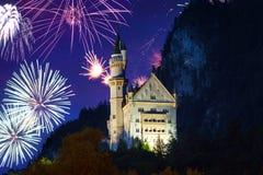 Exhibición de los fuegos artificiales del Año Nuevo en las montañas bávaras Imagen de archivo libre de regalías