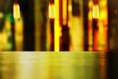 Exhibición de madera de la tabla con la luz abstracta vibrante y la lámpara del bulbo adentro Fotos de archivo