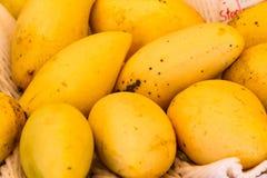 Exhibición de mangos tropicales maduros frescos Foto de archivo