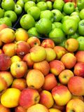 Exhibición de manzanas en isla de la producción imagenes de archivo