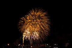 Exhibición de oro hermosa del fuego artificial por Feliz Año Nuevo de la celebración Foto de archivo libre de regalías