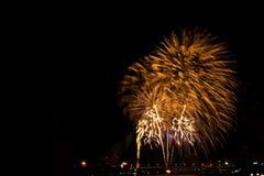 Exhibición de oro hermosa del fuego artificial por Feliz Año Nuevo de la celebración Fotos de archivo