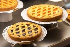 Exhibición de tartas recientemente cocidas en una panadería Fotos de archivo libres de regalías