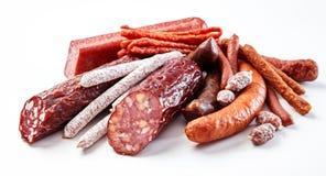 Exhibición de una variedad de salchichas picantes sazonadas Imagen de archivo