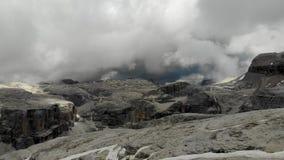 Exhibición de vuelo del pico de montaña de las montañas metrajes