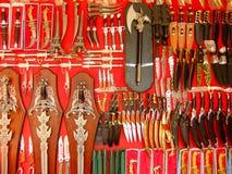Exhibición del armamento en el mercado callejero, Pushkar, la India fotos de archivo