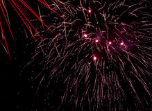 Exhibición del fuego artificial - con los rastros contra el cielo negro Imagenes de archivo