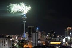 Exhibición del fuego artificial de la torre del cielo de Auckland para celebrar 2016 Años Nuevos Imagen de archivo libre de regalías