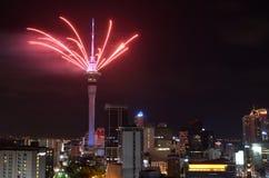 Exhibición del fuego artificial de la torre del cielo de Auckland para celebrar 2016 Años Nuevos Fotos de archivo libres de regalías