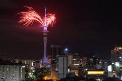 Exhibición del fuego artificial de la torre del cielo de Auckland para celebrar 2016 Años Nuevos Fotografía de archivo