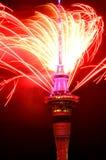 Exhibición del fuego artificial de la torre del cielo de Auckland para celebrar 2016 Años Nuevos Foto de archivo libre de regalías