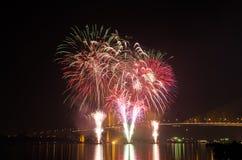 Exhibición del fuego artificial en Chao Phraya River Imagen de archivo libre de regalías