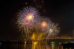Exhibición del fuego artificial en Chao Phraya River Fotos de archivo