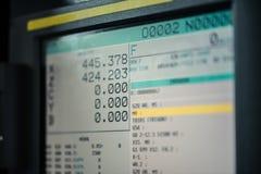 Exhibición del monitor de la máquina del CNC con el funcionamiento y números del código de programa foto de archivo libre de regalías