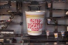 Exhibición delantera del museo de los tallarines de taza, marca de ramen inmediatos de los tallarines de taza manufacturados por fotografía de archivo