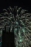 Exhibición espectacular de los fuegos artificiales con una torre en el primero plano Fotografía de archivo libre de regalías