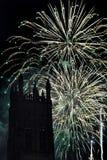 Exhibición espectacular de los fuegos artificiales con una torre en el primero plano Fotografía de archivo