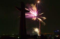 Exhibición espectacular de los fuegos artificiales del ` s Eve del Año Nuevo en la colina de Gradowa en Gdansk Imagen de archivo