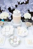 Exhibición festiva de la tabla de la torta Imagen de archivo libre de regalías