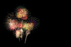 Exhibición festiva de los fuegos artificiales encendida para arriba sobre el cielo nocturno foto de archivo libre de regalías